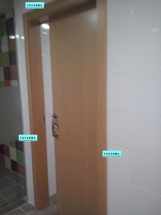 Foto puerta corredera junto a ba os generales de cocarma - Puerta bano corredera ...