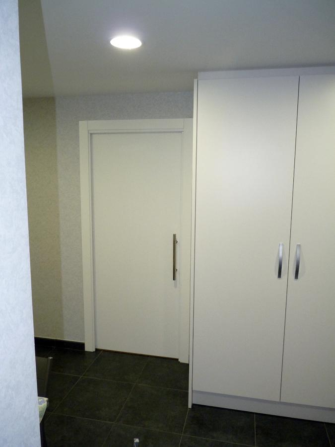 Foto puerta corredera lacada en blanco de koa - Puerta lacada en blanco ...