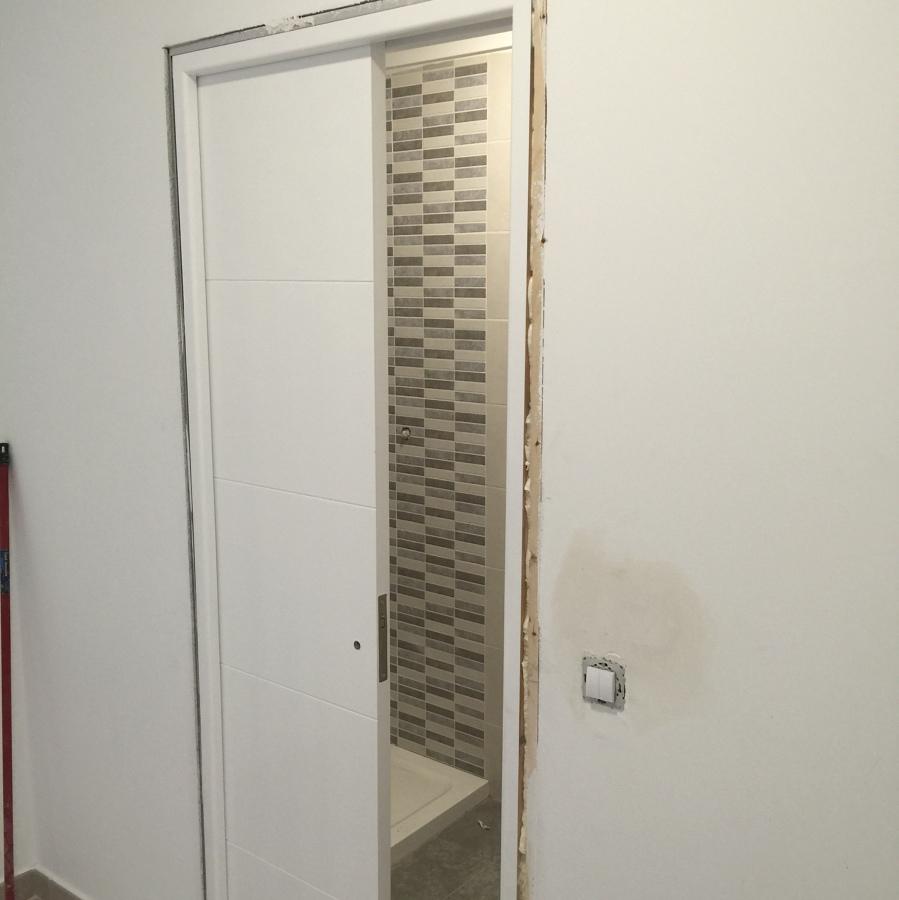 Foto puerta corredera oculta en ba o de herfer servicios for Puerta corredera bano