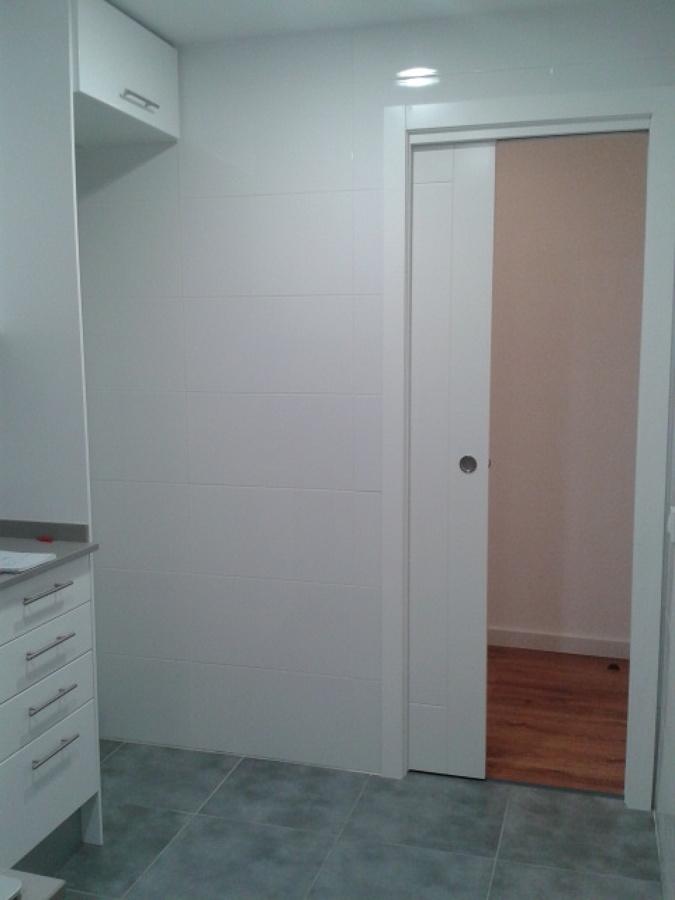 Foto puerta corredera oculta en tabique de construcciones - Hacer puerta corredera ...
