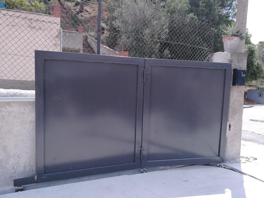 Puerta corredera pivotante abierta