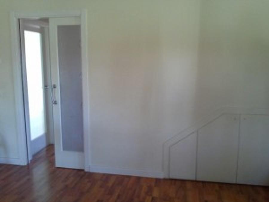 Foto puerta corredera y armario en hueco de escalera de espacios en madera 1165535 habitissimo - Armario hueco escalera ...