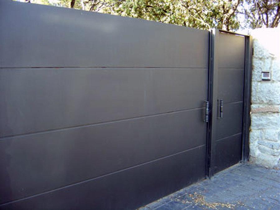 Foto puerta corredera de cerrajeria carpinteria metalicay for Construir puerta corredera