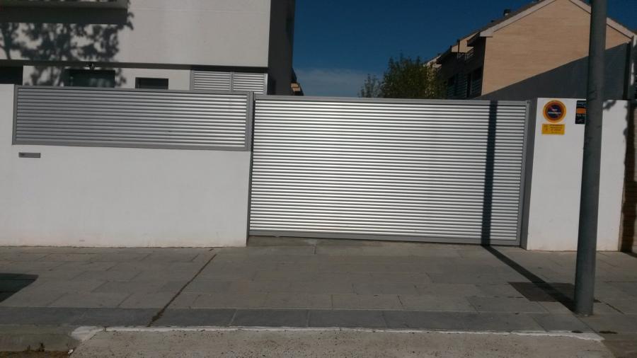 Puerta de acceso y valla