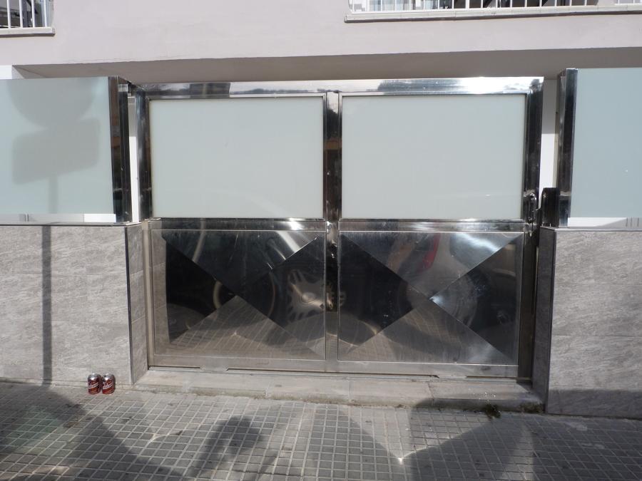 puerta de acero inox marino  y cristal mate