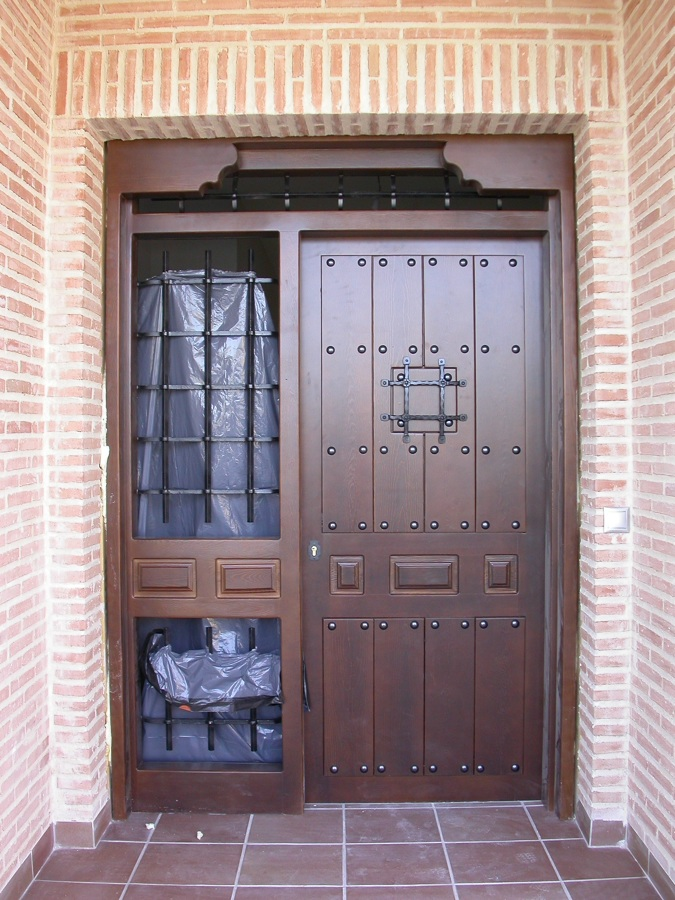 Foto puerta de calle r stica acabado suave de bordon for Puertas de calle rusticas