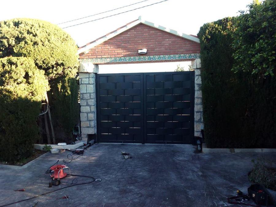 Foto puerta de dos hojas entrelazadas de cerrajeria - Puertas de dos hojas ...