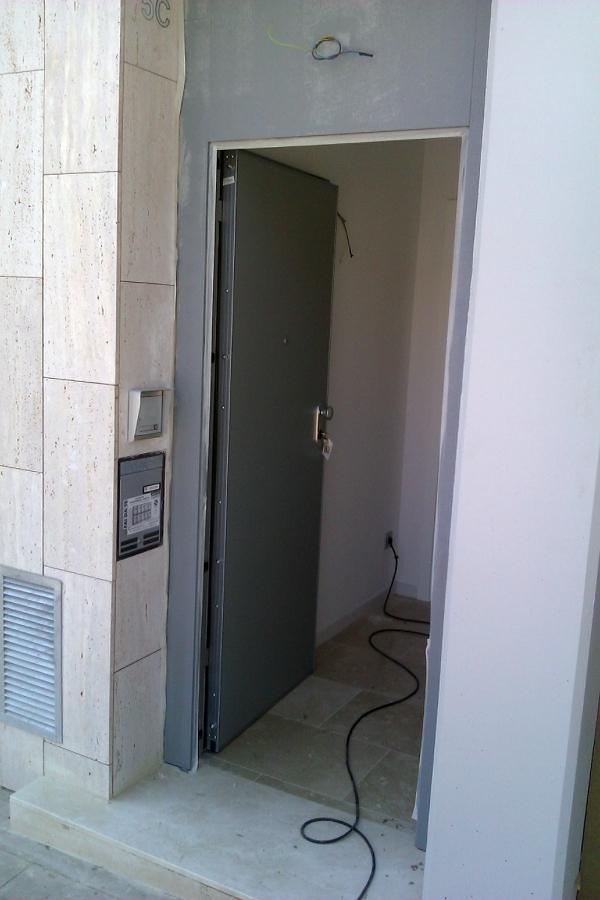 Puerta de entada blindada.