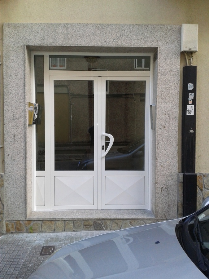 Puerta de entrada a edificio de viviendas ideas - Puertas para viviendas ...