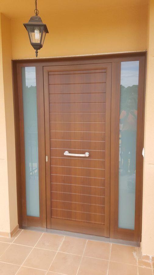 Foto puerta de entrada aluminio imitaci n madera de - Puertas de aluminio imitacion madera ...