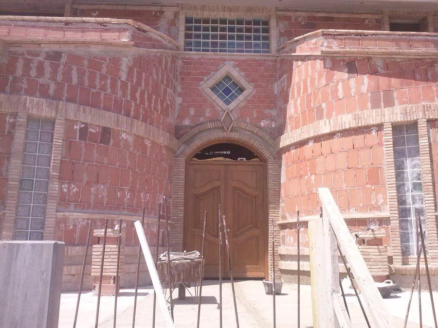 Puerta de entrada con detalles de ladrillo valentin