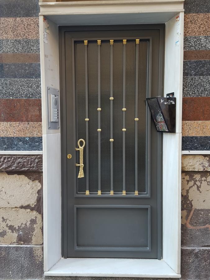 Puerta entrada de comunidad ideas carpinter a met lica - Barnizar puerta de entrada ...
