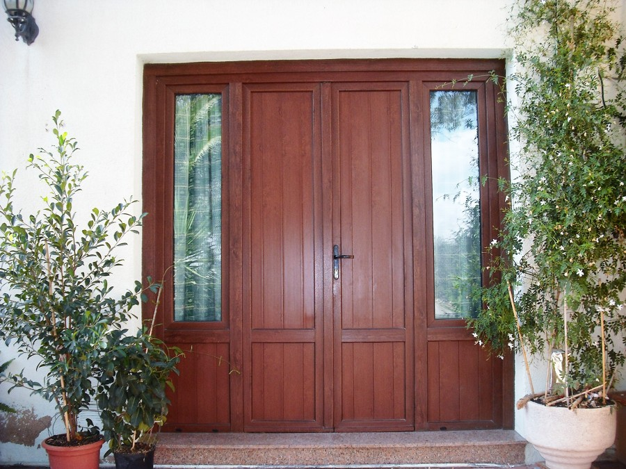 Puerta de entrada de PVC en nogal