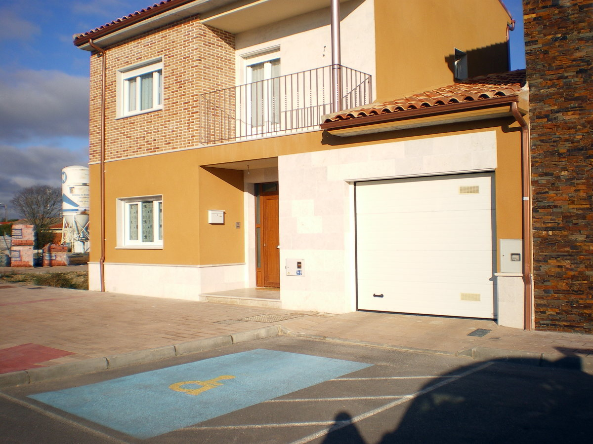 Foto puerta de entrada en pvc color madera ventanas en for Ventanas pvc color madera