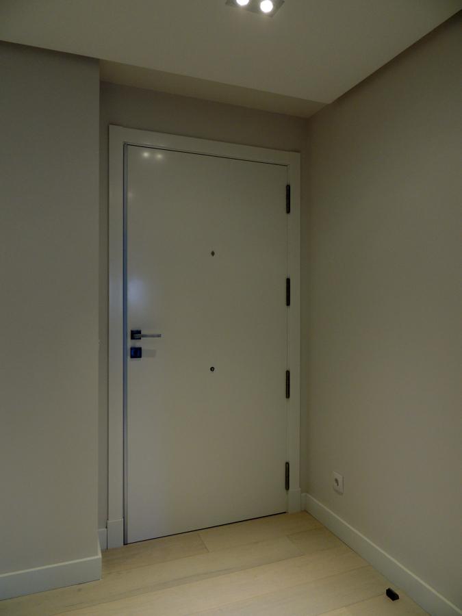 Puerta de entrada lisa lacada.