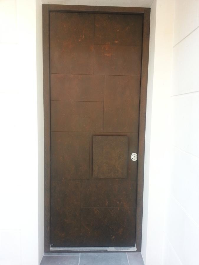 Puerta de entrada por cara exterior