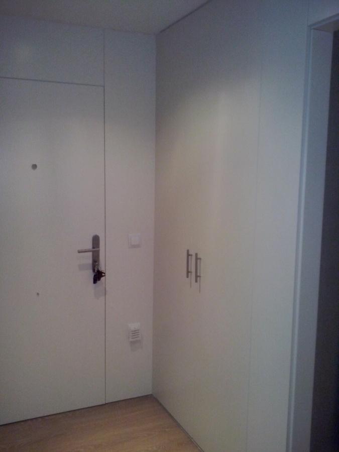 Puerta de entrada y frente de armario