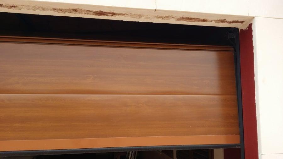 Foto puerta de garage imitaci n madera de aluminios for Puertas de madera para garage