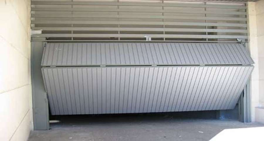 Foto puerta de garaje basculante de metalwork carthago for Puerta garaje basculante precio