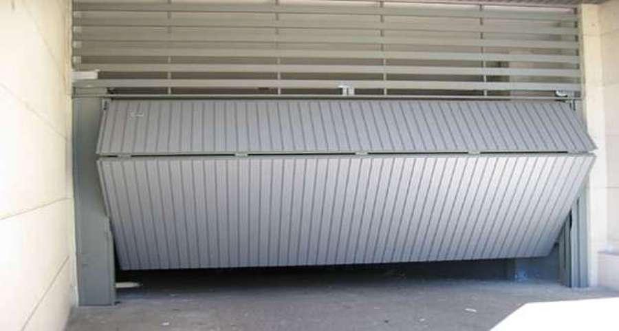 Foto puerta de garaje basculante de metalwork carthago for Puerta garaje metalica