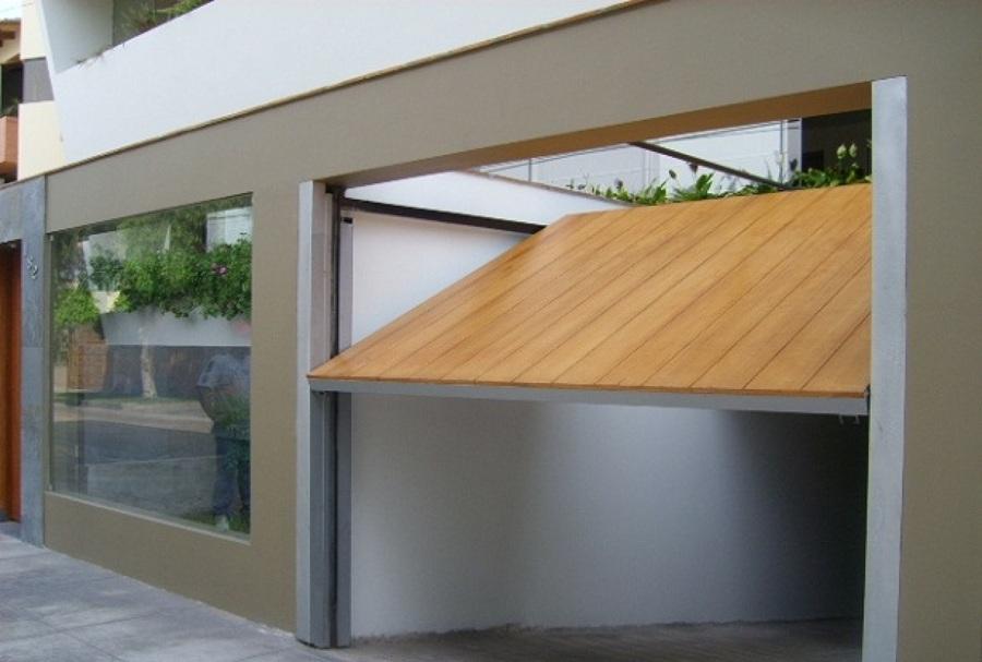 puerta de garaje contrachapada en madera