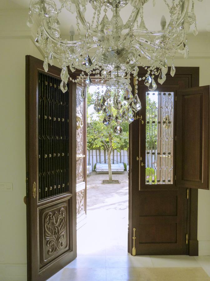 Foto puerta de madera con ventanas y rejas de forja con for Rejas de madera