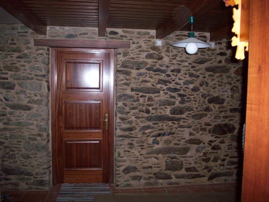 Puerta de madera maciza en vivienda rural