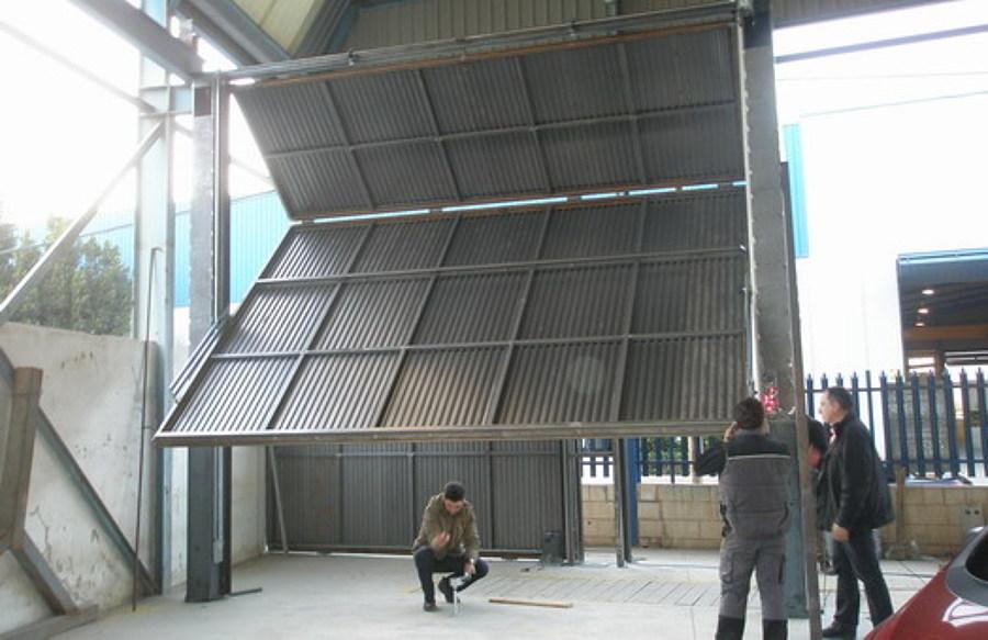 Foto puerta de nave industrial basculante de metalwork carthago 818015 habitissimo - Puertas para naves industriales ...