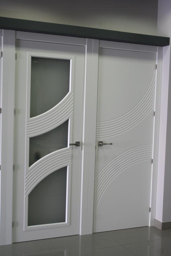 puerta de paso lacada cristalera