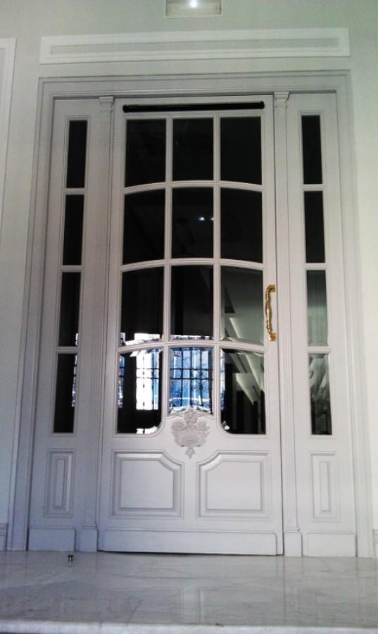 Puerta de portal en madera tallada