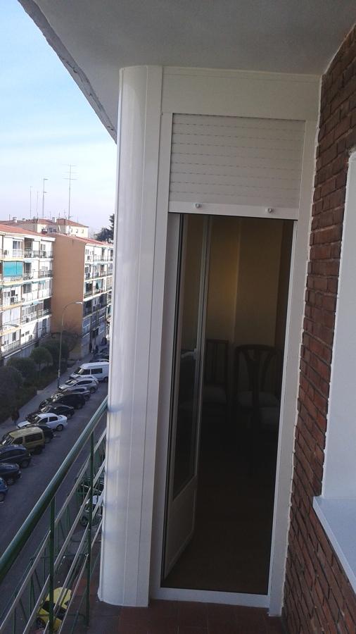 Foto puerta de terraza con persiana blanco de ancar for Puertas para terrazas