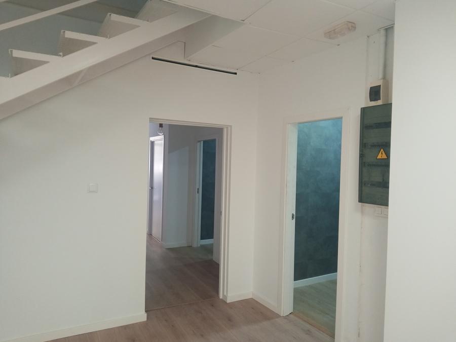 puerta del salón grande con el pasillo y aseos.