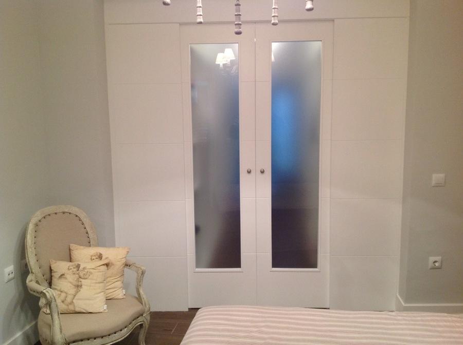 Puerta doble corredera vidriera para vestidor
