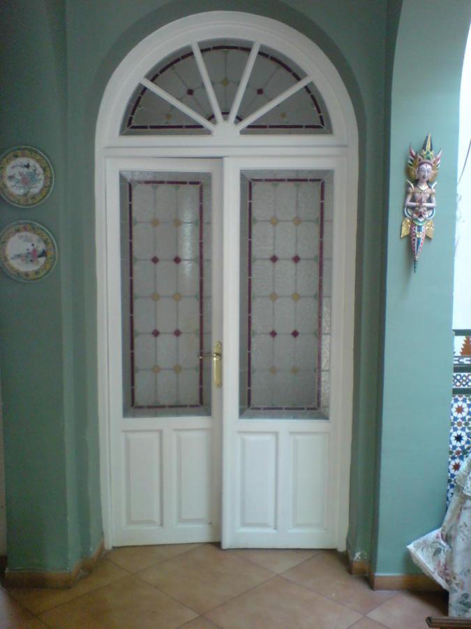 Foto puerta doble vidriera con medio punto de for Puertas con vidrieras decorativas