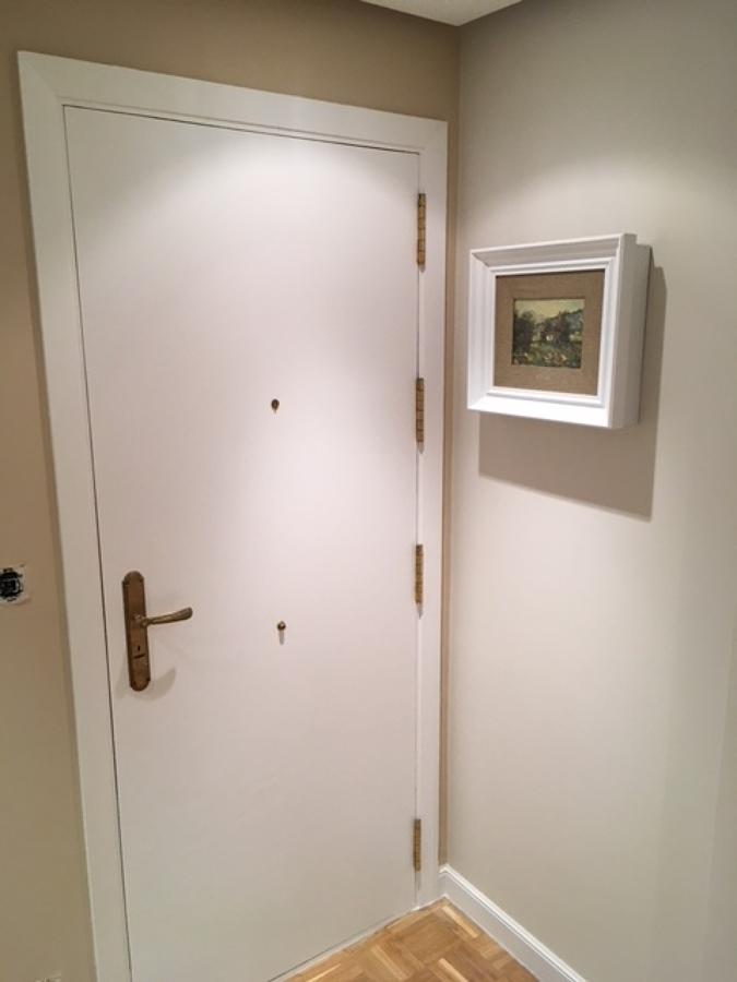 Puerta entrada lacada y marco de luces