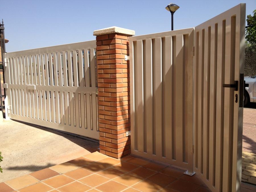 Foto puerta garaje chalet de mahico soluciones 915830 for Puerta garaje metalica