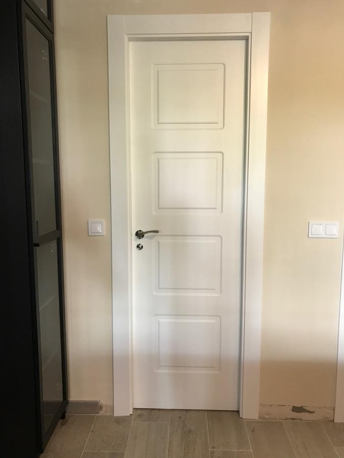 Puerta lacada blanca abatible ciega 4 cuarterones