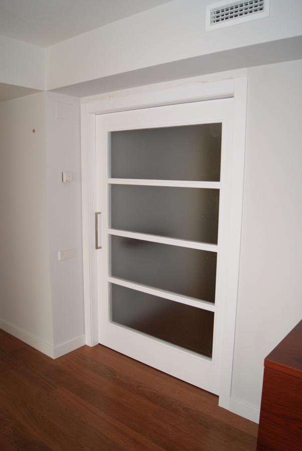 Foto puerta lacada blanca con vidrio mate de innova - Precio lacar puertas en blanco ...