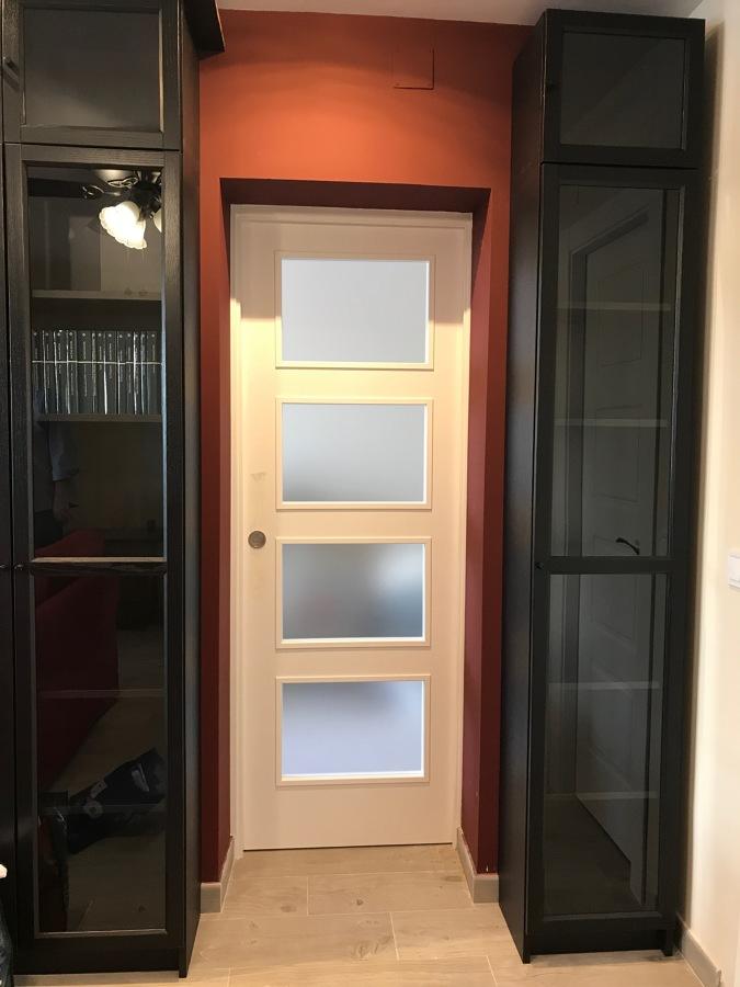 Puerta lacada blanca corredera cristalera