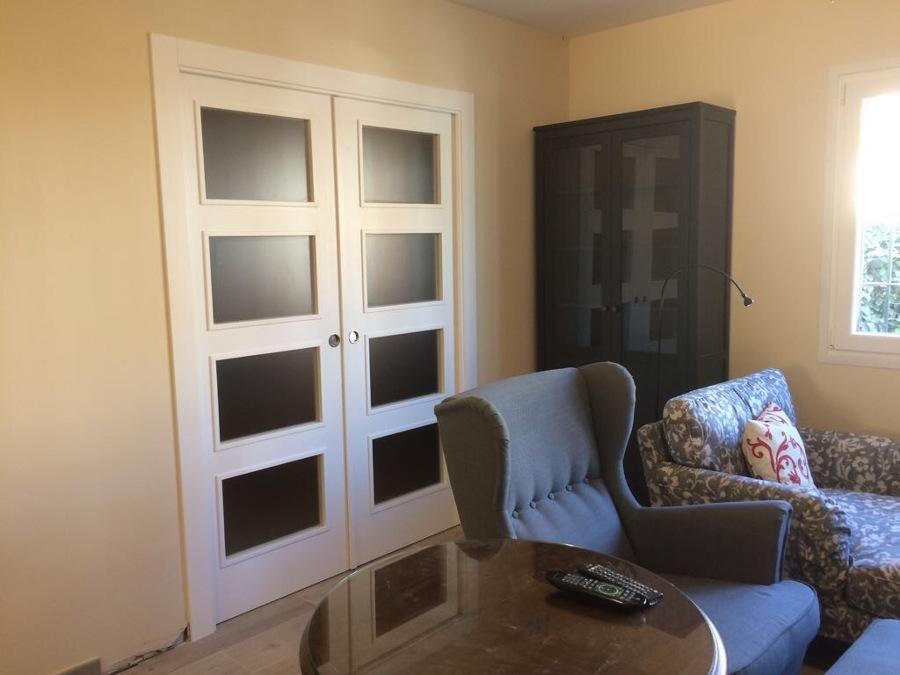Puerta lacada blanca cristalera doble hoja para salon