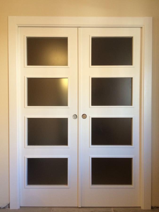 Puerta lacada blanca cristalera doble hoja para salon con vista de frente