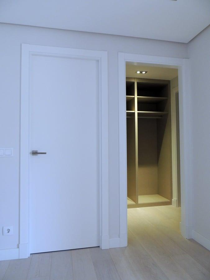 Foto puerta lisa lacada embocadura de paso y armario for Perchas para puertas sin agujeros
