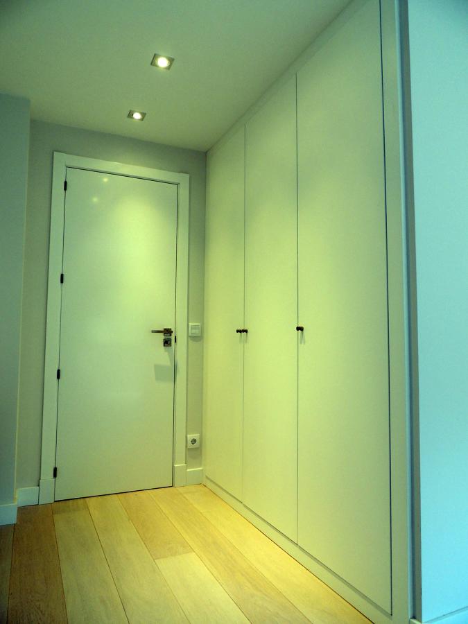 Foto puerta lisa lacada y armario a juego tarima roble - Tarimas y puertas ...
