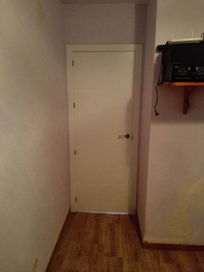 puerta maciza blanca con 4 grecas--------