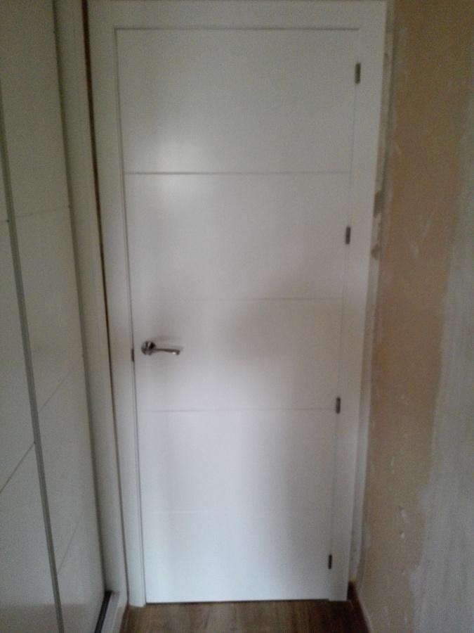 puerta maciza blanca con 4 grecas