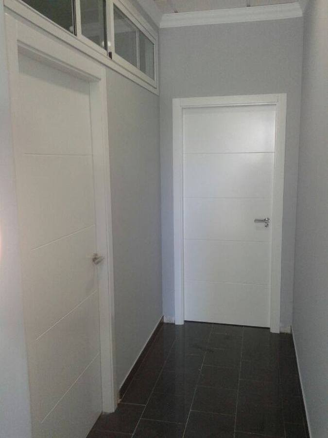 Puerta maciza lacada en blanco satinado ideas carpinteros - Puerta lacada en blanco ...