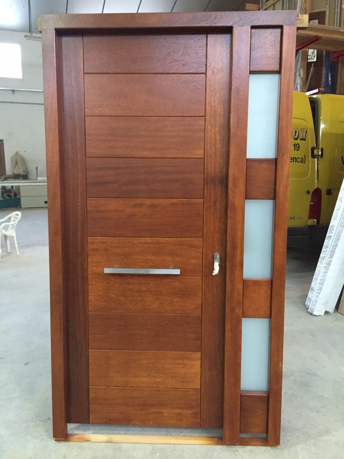 Foto puerta moderna en madera natural de bordon 1086698 for Modelos de zapateras de madera modernas