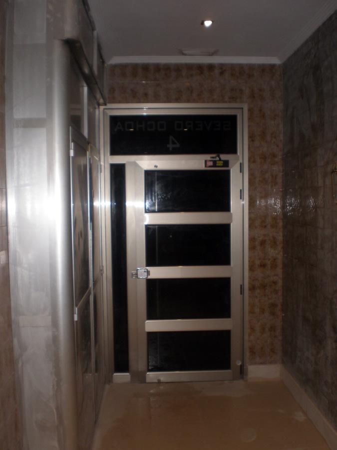 Foto puerta nueva de aluminio y cristal de corema for Puertas aluminio interior cristal