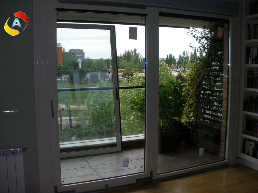 Foto puerta oscilo paralela autom tica de aluminio for Puerta osciloparalela