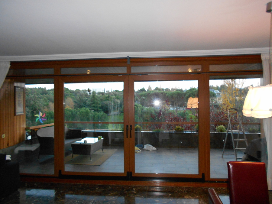 Foto puerta osciloparalela doble hoja de ventanas don for Puerta osciloparalela